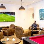 Match de foot sur l'écran géant au salon du Green des Impressionnistes