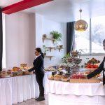Equipe du Green des Impressionnistes présentant les fruits et les viennoiseries du buffet de petit-déjeuner