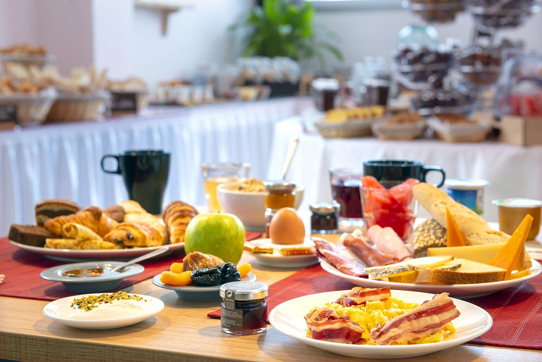 Petit-déjeuner buffet du Green des Impressionnistes : fruits frais, secs, viennoiseries, fromages, charcuteries, etc.