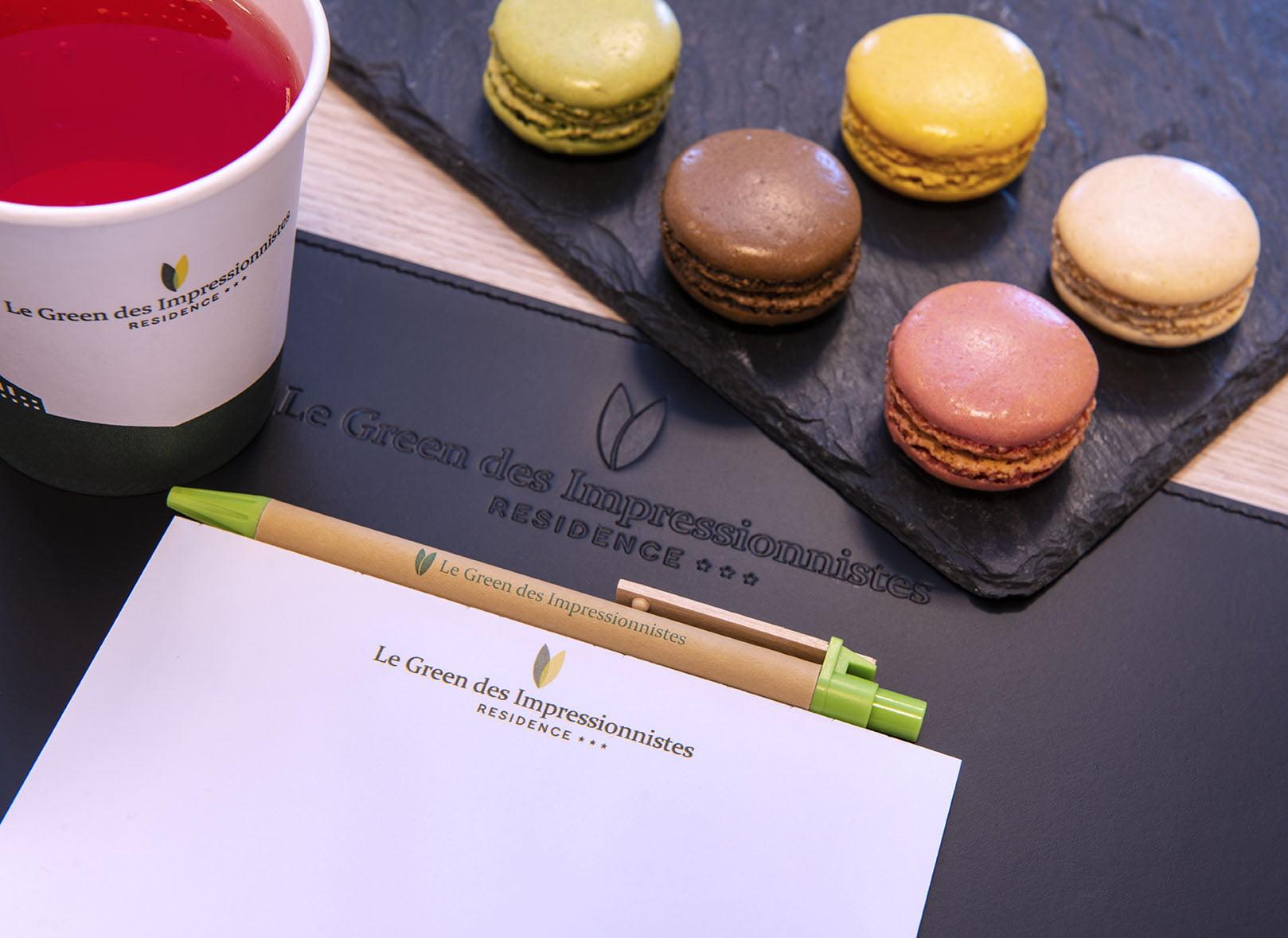 Sous-main, stylo, bloc-note, macarons et gobelet de boisson détox du Green des Impressionnistes