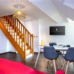 Escalier et espace salle à manger / salon d'un appartement familial au Green des Impressionnistes
