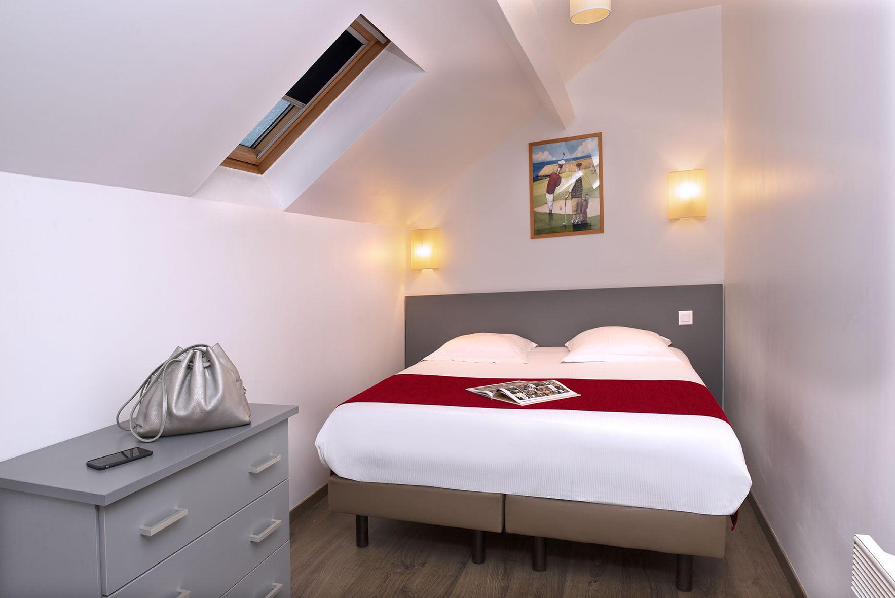 Grand lit double et commode dans un spacieux appartement familial du Green des Impressionnistes