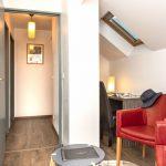 Fauteuils et couloir avec parquet d'un appartement familial du Green des Impressionnistes