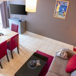 Coin salon et salle à manger d'un appartement familial du Green des Impressionnistes