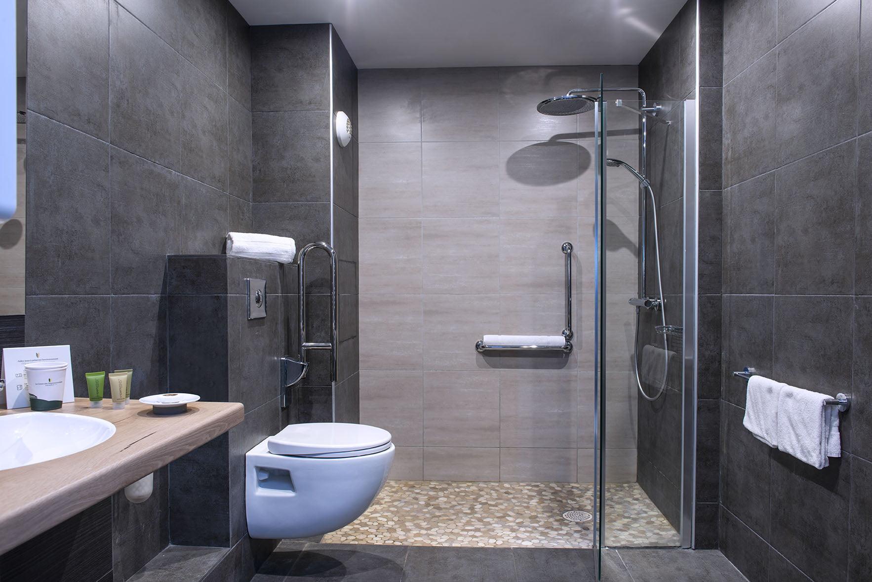 Salle de douche avec douche à l'italienne dans une chambre accessible du Green des Impressionnistes