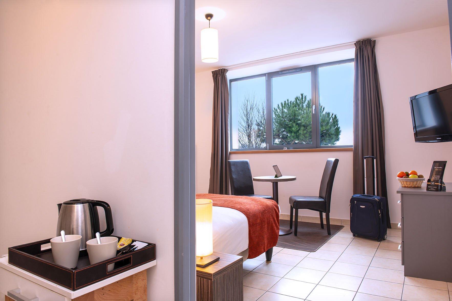 Chambre double avec grande fenêtre donnant sur des arbres au Green des Impressionnistes