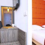 Bureau et fauteuil dans le salon et grand lit double dans une chambre du Green des Impressionnistes