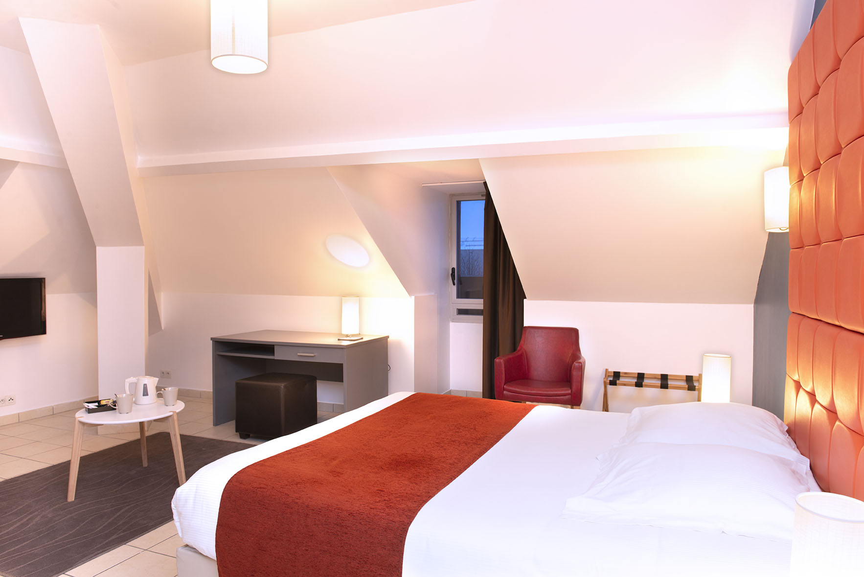 Grand lit double avec télé dans chambre spacieuse du Green des Impressionnistes