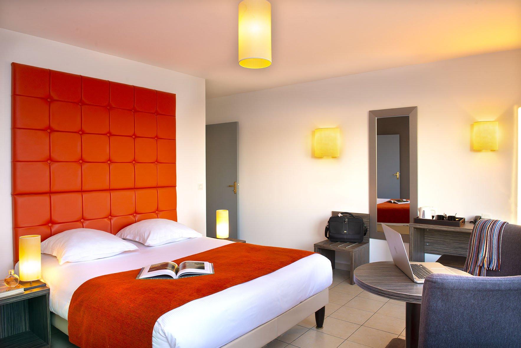 Grand lit double dans chambre spacieuse du Green des Impressionnistes