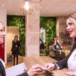 Hôte accueillie à la réception du Green des Impressionnistes