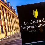 Panneau le Green des Impressionnistes devant la façade principale