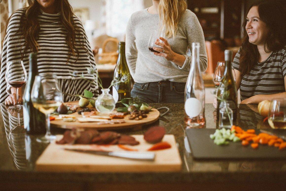 Dégustation de plats et de vins entre collègues