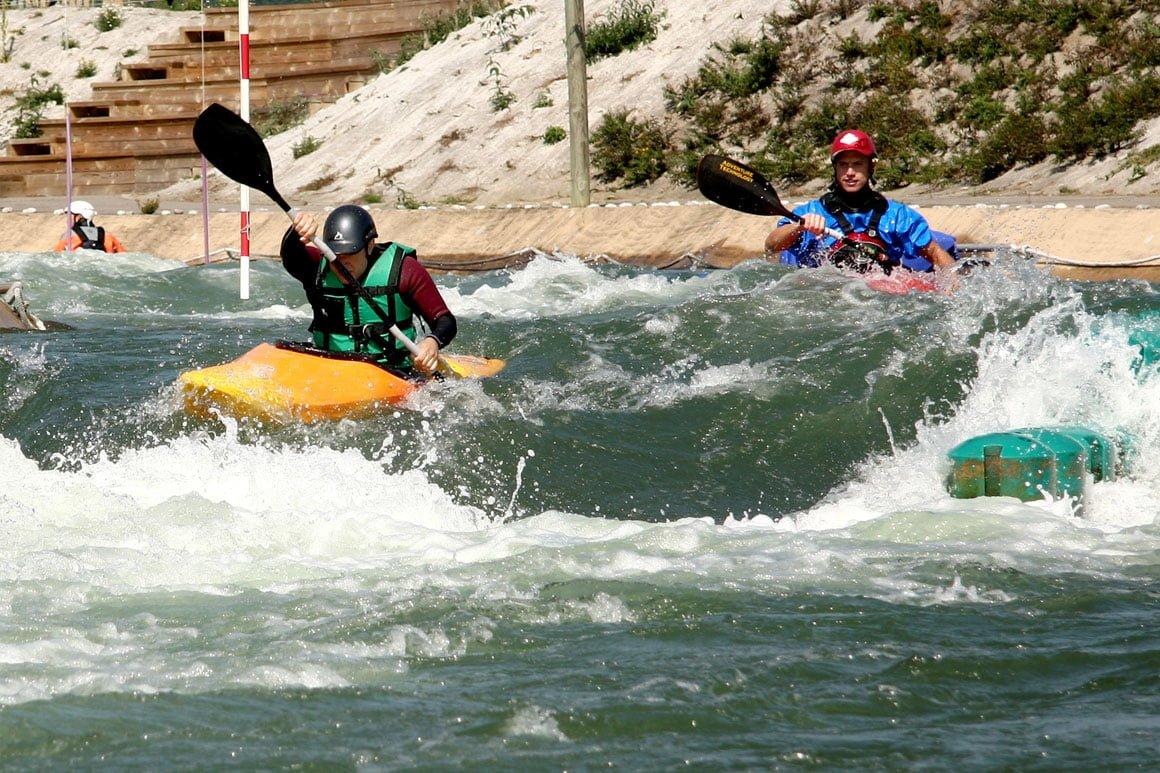 Canoë kayak dans les remous à l'Ile de Loisirs de Cergy non loin du Green des Impressionnistes