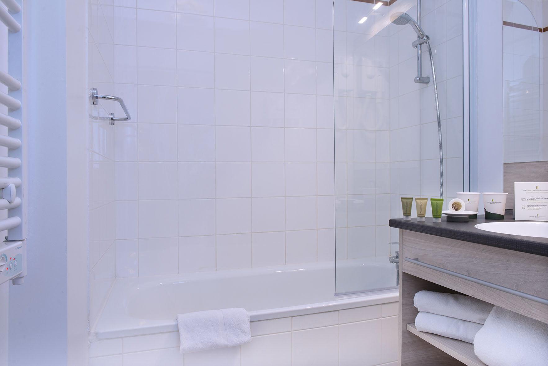 Baignoire et lavabo d'une chambre du Green des Impressionnistes